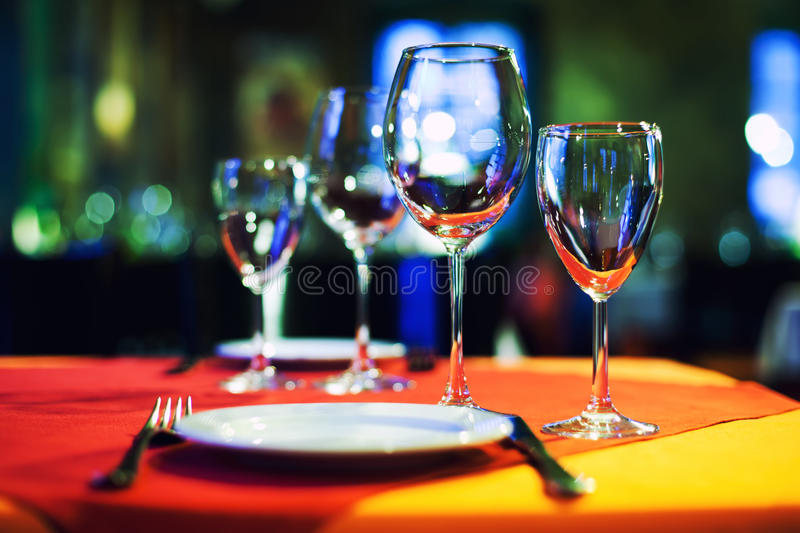 Fundo interior do restaurante romântico do café, vidros de vinho vazios servidos da tabela, placa branca e cutelaria Brilhante bo imagem de stock