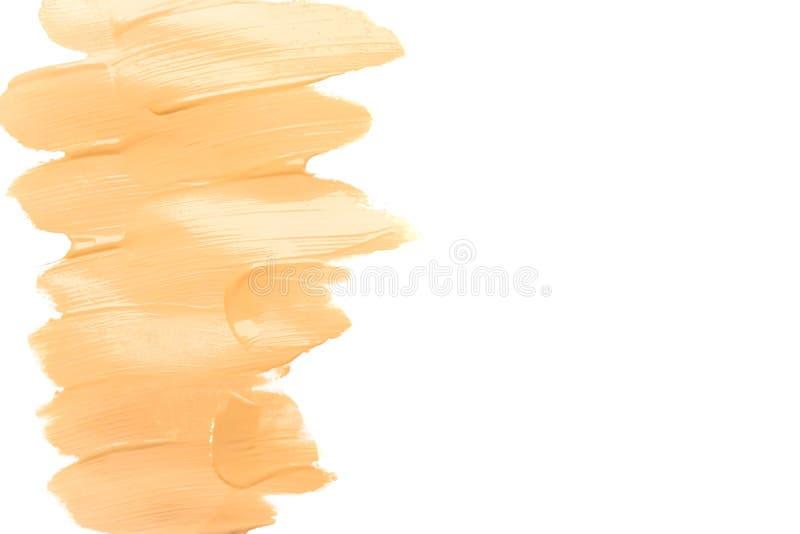 Fundo isolado creme do borrão da fundação da composição Base tonal corretiva da colagem da vista superior Tom de pele tonal macro imagem de stock