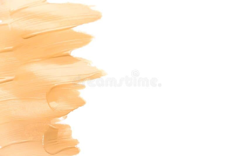 Fundo isolado creme do borrão da fundação da composição Base tonal corretiva da colagem da vista superior Tom de pele tonal macro foto de stock