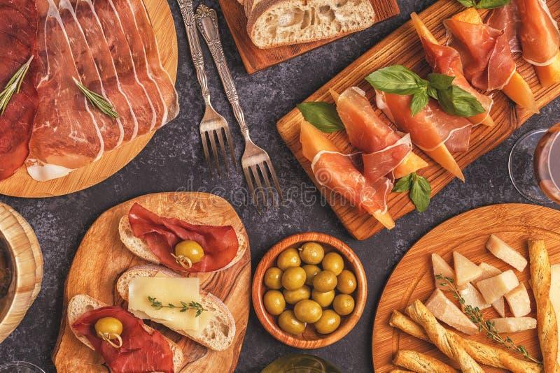 Fundo italiano do alimento com presunto, queijo, azeitonas imagem de stock royalty free