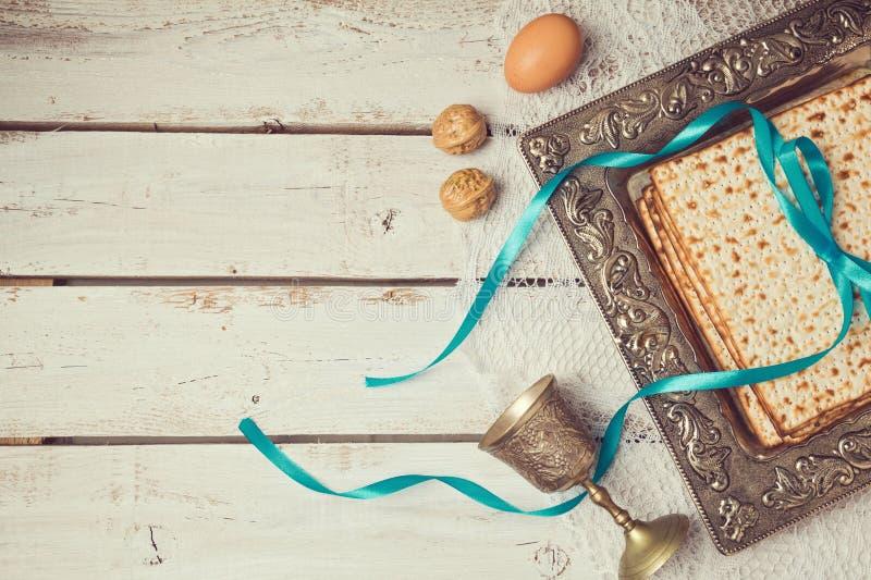 Fundo judaico da páscoa judaica do feriado com o matzoh na tabela branca de madeira Vista de acima fotografia de stock royalty free