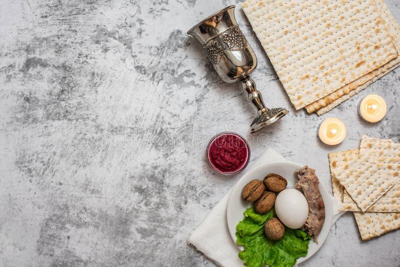 Fundo judaico da páscoa judaica do feriado com a placa do vinho, do matza e do seder no cinza Vista superior Com espaço da cópia fotos de stock royalty free