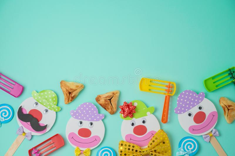 Fundo judaico de Purim do feriado com caráteres de papel bonitos dos palhaços e para hamantaschen cookies imagem de stock