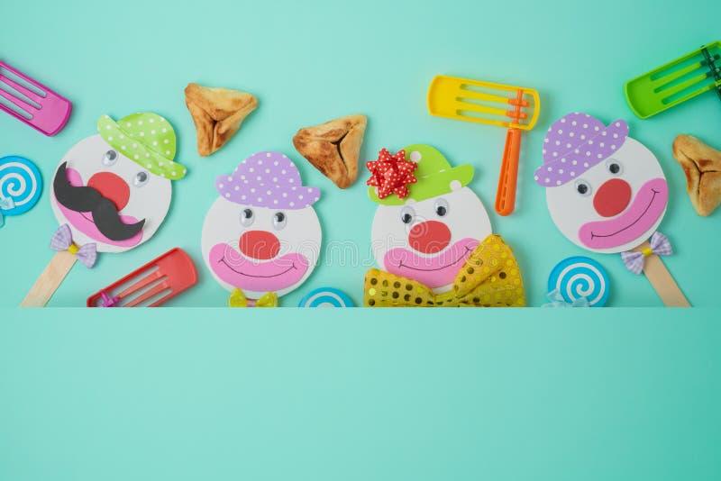 Fundo judaico de Purim do feriado com caráteres de papel bonitos dos palhaços e para hamantaschen cookies imagens de stock