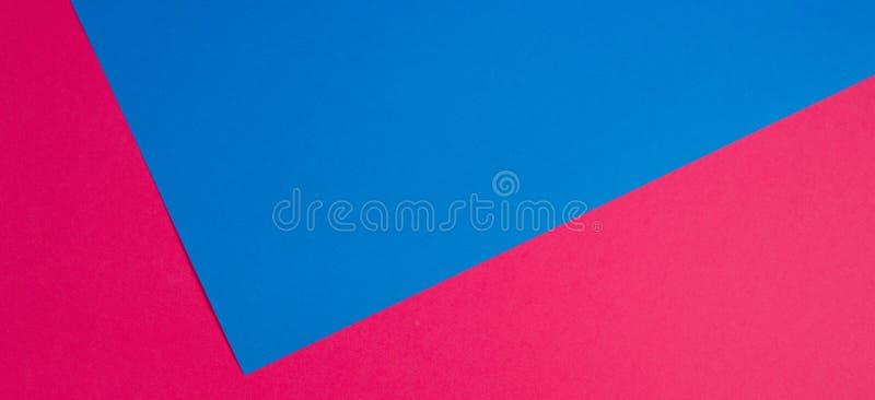 Fundo liso da composição da geometria colorida dos papéis com tons azuis e cor-de-rosa foto de stock royalty free