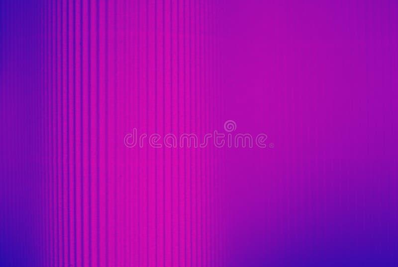 Fundo listrado roxo e azul de néon feito do papel fotografia de stock royalty free