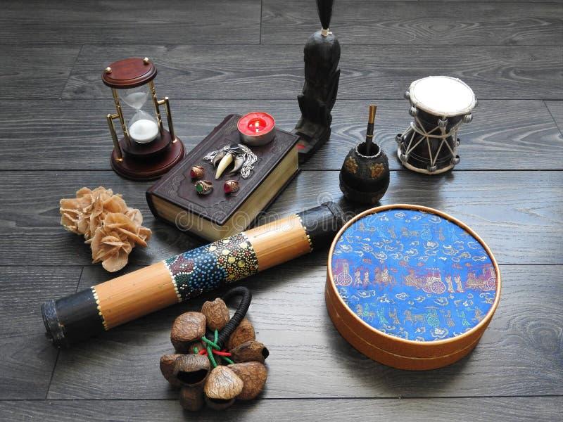 Fundo místico com um livro velho, velas e outros atributos Dia das Bruxas e o conceito oculto do ritual da magia negra fotos de stock