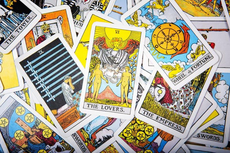 Fundo místico dos cartões de tarô Amantes superiores do cartão foto de stock royalty free