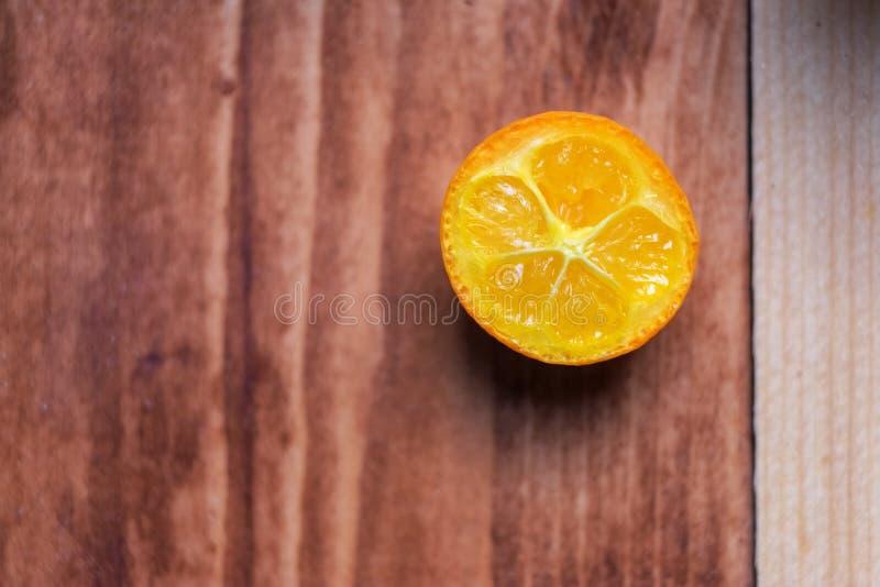Fundo macro da imagem de um kumquat da fatia fotos de stock royalty free