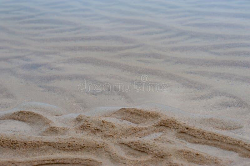 Fundo marinho: ondinhas da areia e do azul fumarento de desaparecimento s imagens de stock royalty free