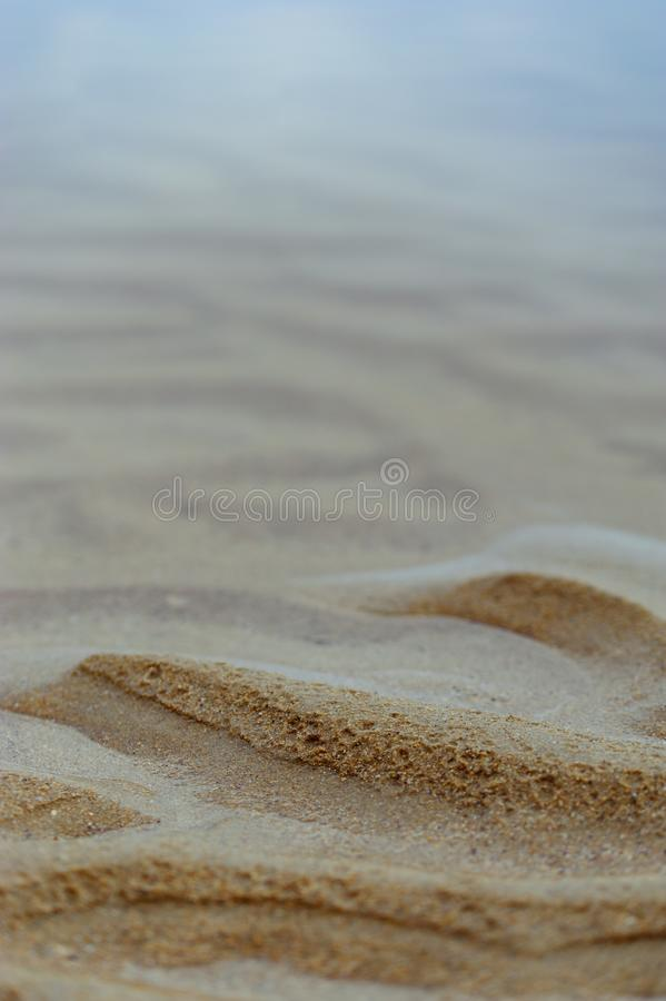 Fundo marinho: ondinhas da areia e do azul fumarento de desaparecimento s fotografia de stock royalty free