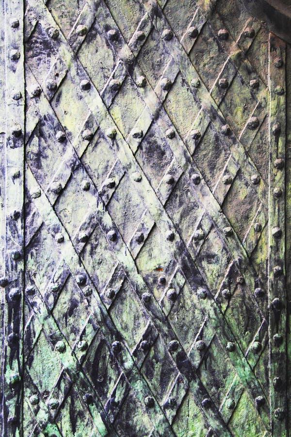 Fundo medieval da porta do vintage do metal sujo velho foto de stock royalty free