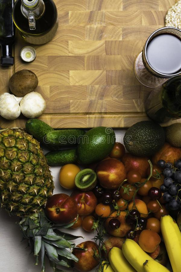 Fundo mediterrâneo do alimento Variedade de frutas e legumes frescas com vinho tinto Vista superior imagens de stock