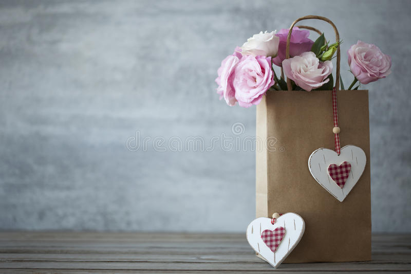 Fundo minimalistic do dia de Valentim do St com flores imagens de stock royalty free