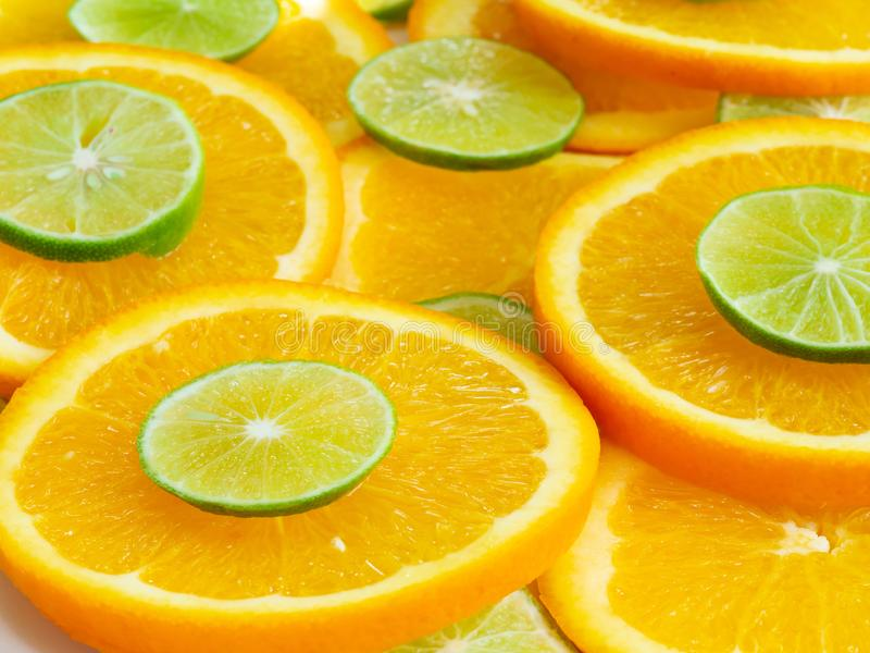 Fundo misturado dos citrinos, fim acima Vista lateral em fatias da laranja e do cal, fim extremo acima fotos de stock royalty free