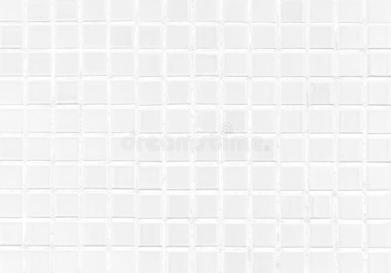 Fundo moderno da parede da telha branca no toalete Textura de mosaico de vidro alegre com luz na parte superior Teste padrão da t foto de stock royalty free