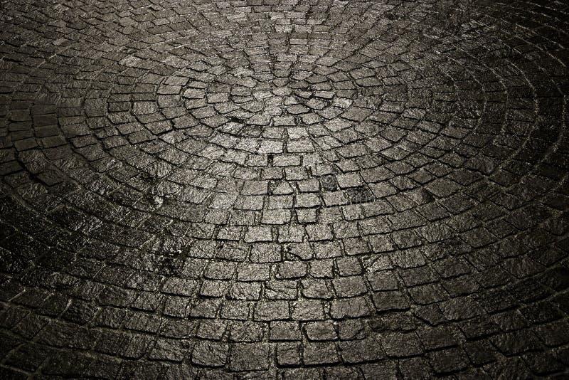 Fundo molhado escuro do cobblestone foto de stock royalty free