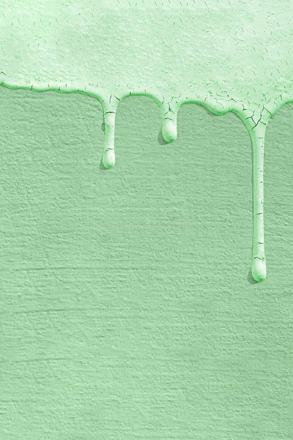 Fundo monocromático da cor da tendência de 2020 neo mint com a textura de uma parede de betão na qual gotas de tinta congelam F fotografia de stock royalty free