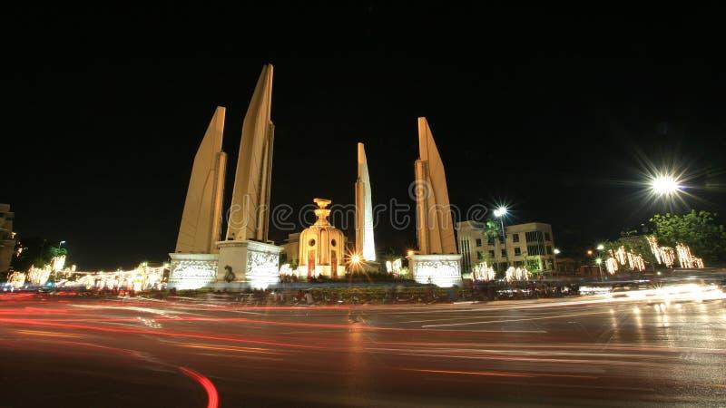 Fundo: monumento da democracia com luz de bulbo imagens de stock royalty free