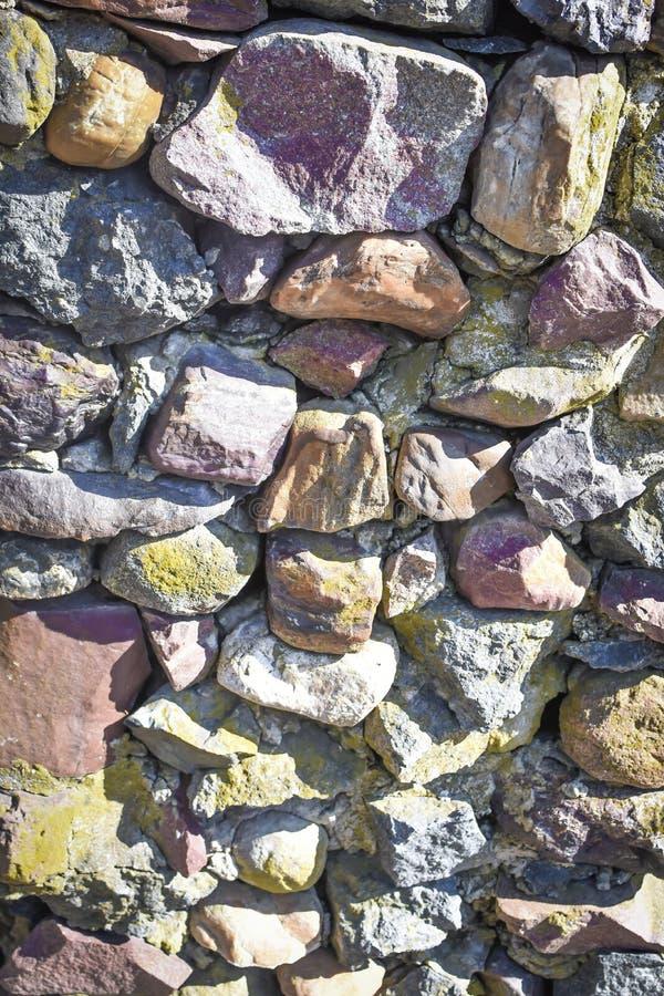 Fundo Multi-colorido da parede da rocha - vertical foto de stock