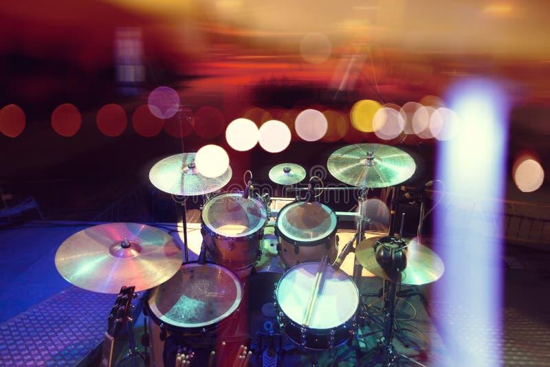 Fundo musical Drumkit na fase ilumina o desempenho imagem de stock royalty free