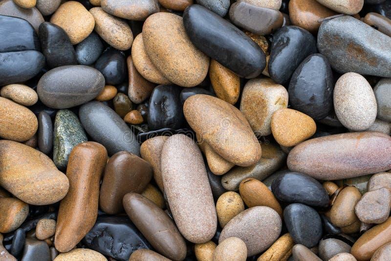 Fundo natural Imagem de seixos grandes molhados do mar fotografia de stock