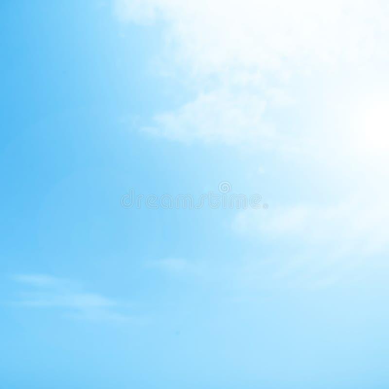 Fundo nebuloso obscuro do sumário do céu azul com feixe do sol foto de stock