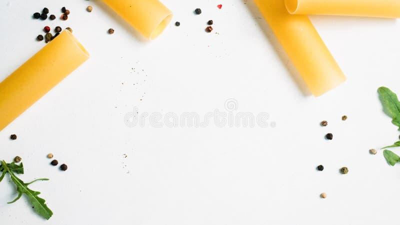 Fundo negativo do branco do alimento do macarrão do espaço imagem de stock