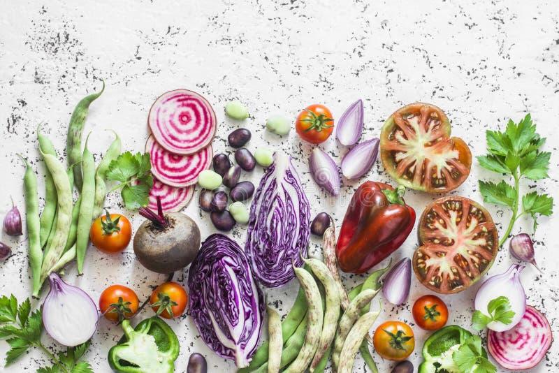 Fundo orgânico dos legumes frescos Couve, beterrabas, feijões, tomates, pimentas em um fundo claro, vista superior imagem de stock royalty free