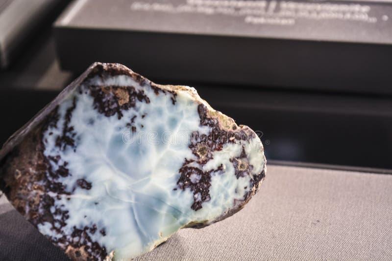 Fundo ou textura abstrata de uma pedra em uma seção de uma máscara cinzenta e azul Material natural e contínuo fotografia de stock