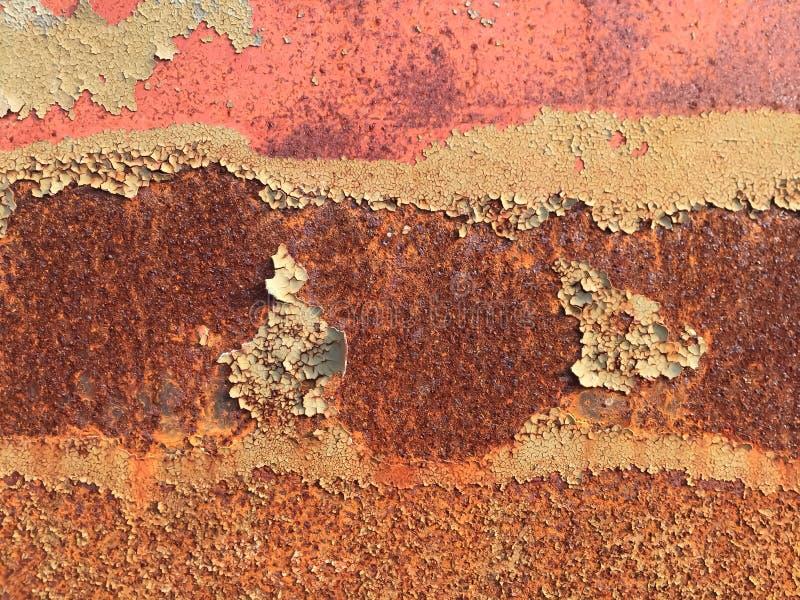 Fundo oxidado da textura do metal, superfície do Grunge com pintura amarela rachada e vermelho fotos de stock