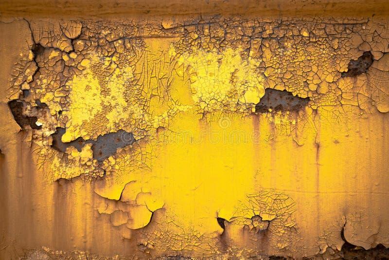 Fundo oxidado velho da textura da placa de metal da quebra da pintura do ouro imagens de stock royalty free