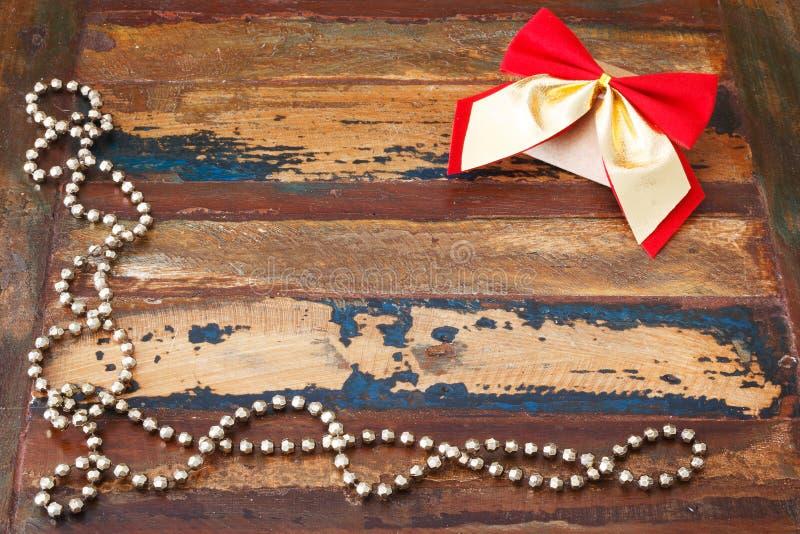 Fundo: pacote do presente do Natal com curva e chapl dourados vermelhos fotografia de stock royalty free