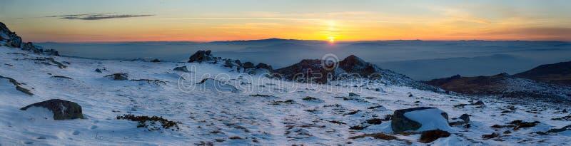 Fundo panorâmico do por do sol invernal na montanha imagens de stock