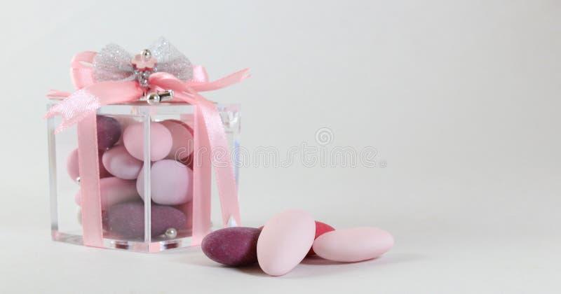 Fundo para o batismo do bebê com as amêndoas adoçadas cor-de-rosa fotografia de stock