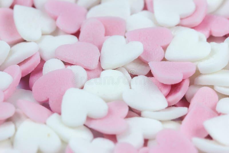 Fundo pastel macio do rosa do foco e os brancos do coração dos doces para o dia de Valentim foto de stock royalty free