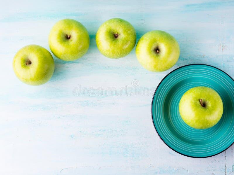 Fundo pastel verde com maçãs Alimento saudável foto de stock
