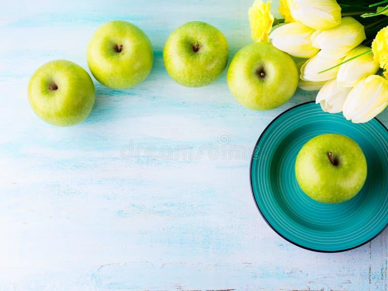 Fundo pastel verde com maçãs Alimento saudável fotos de stock royalty free