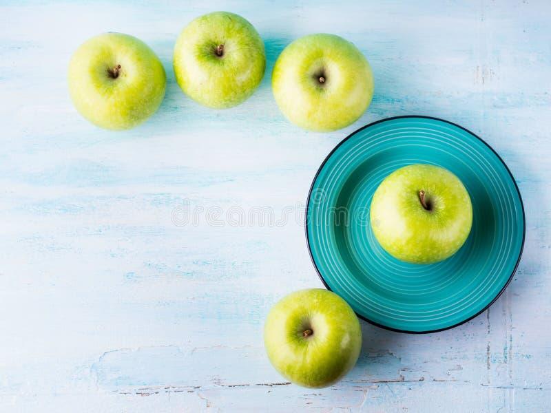 Fundo pastel verde com maçãs Alimento saudável imagem de stock royalty free