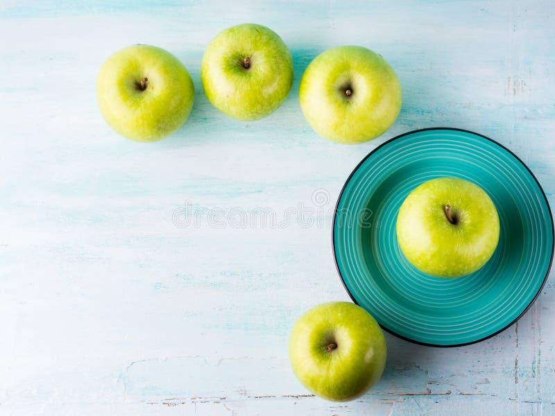 Fundo pastel verde com maçãs Alimento saudável imagens de stock royalty free