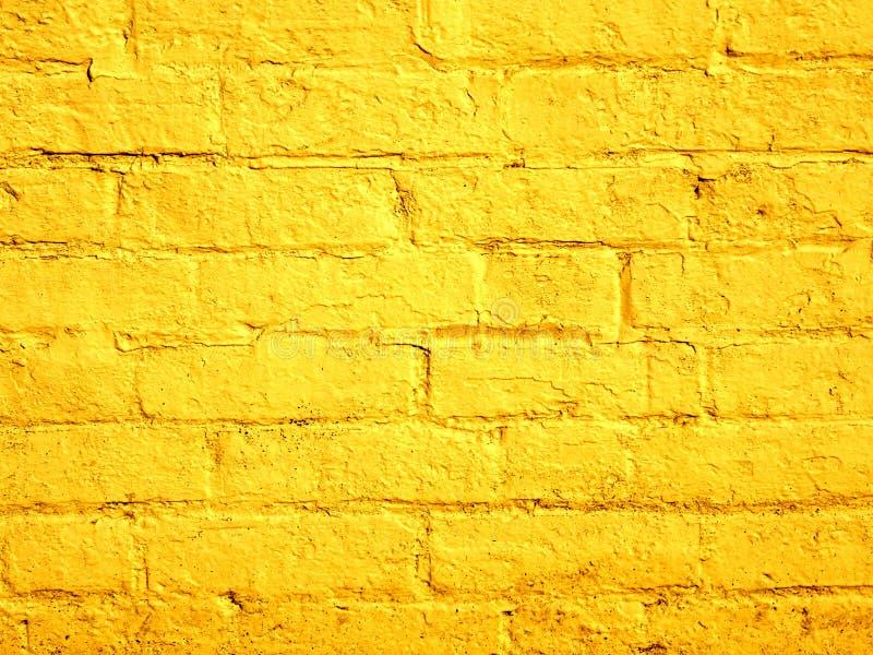 Fundo pintado amarelo da parede de tijolo imagem de stock royalty free