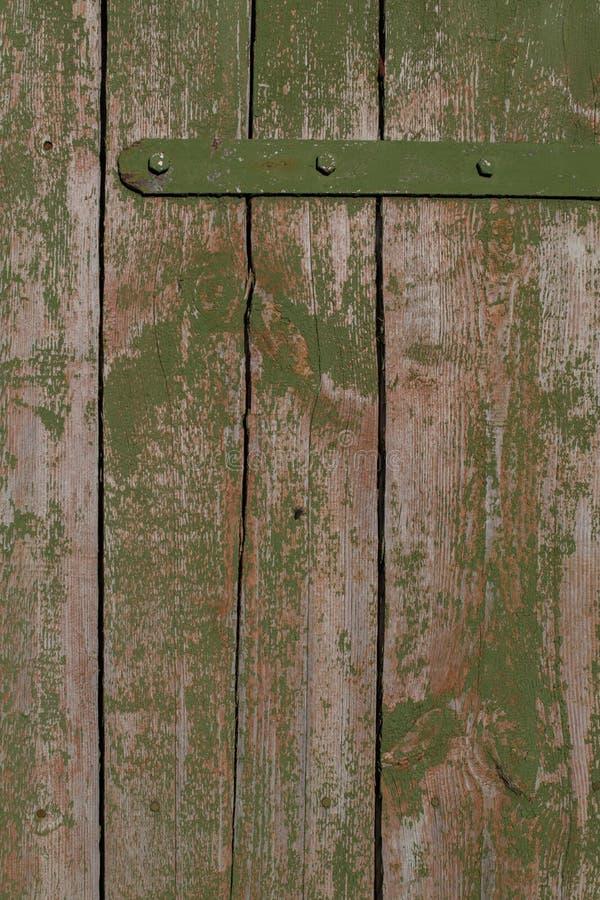 Fundo Porta rústica velha a um celeiro com descascamento da pintura verde fotos de stock