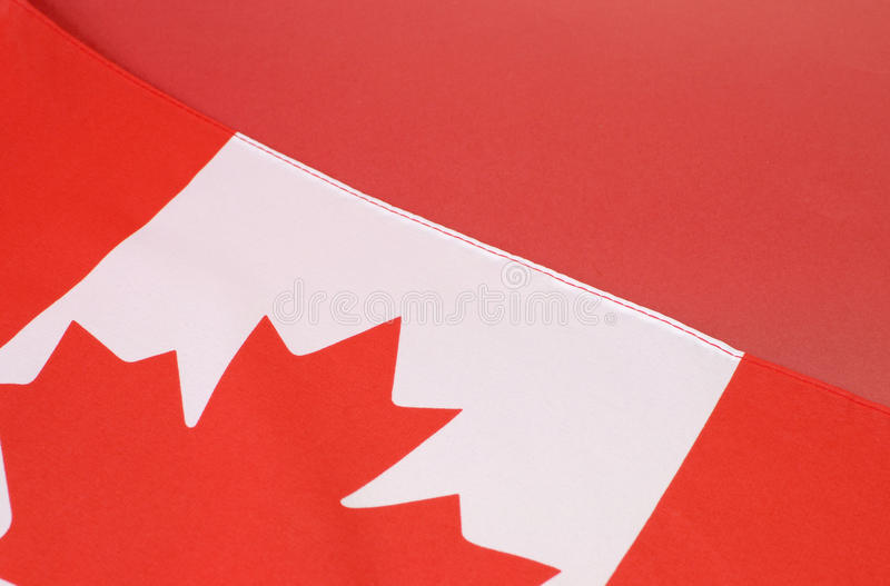 Fundo próximo acima da bandeira vermelha e branca canadense da folha de bordo fotografia de stock royalty free