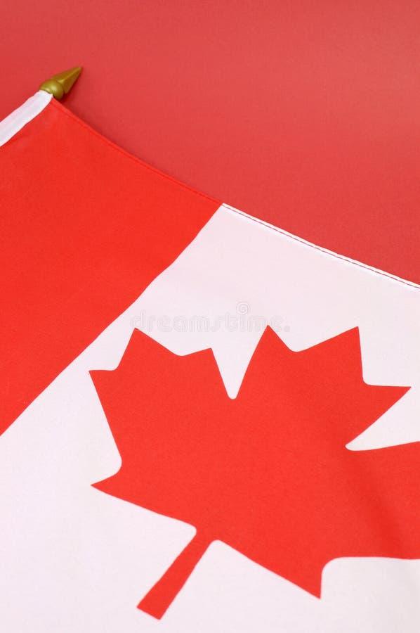 Fundo próximo acima da bandeira vermelha e branca canadense da folha de bordo - vertical fotos de stock