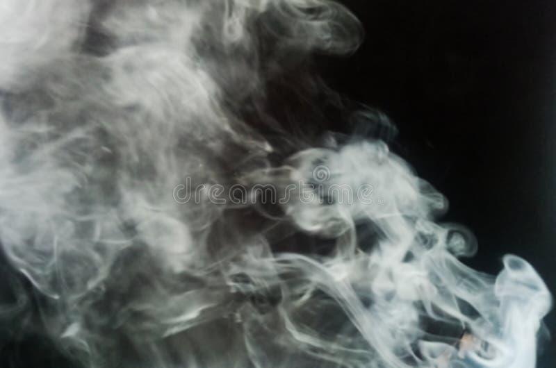 Fundo preto cinzento do fumo Névoa cinzenta abstrata da névoa do fumo em um fundo preto Textura imagens de stock