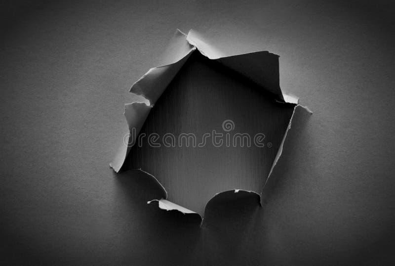 Fundo preto com furo no papel Copie o espaço fotos de stock