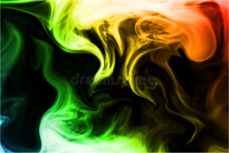 Fundo preto do fumo do arco-íris N?voa abstrata da n?voa do fumo em um fundo preto Textura fotografia de stock royalty free