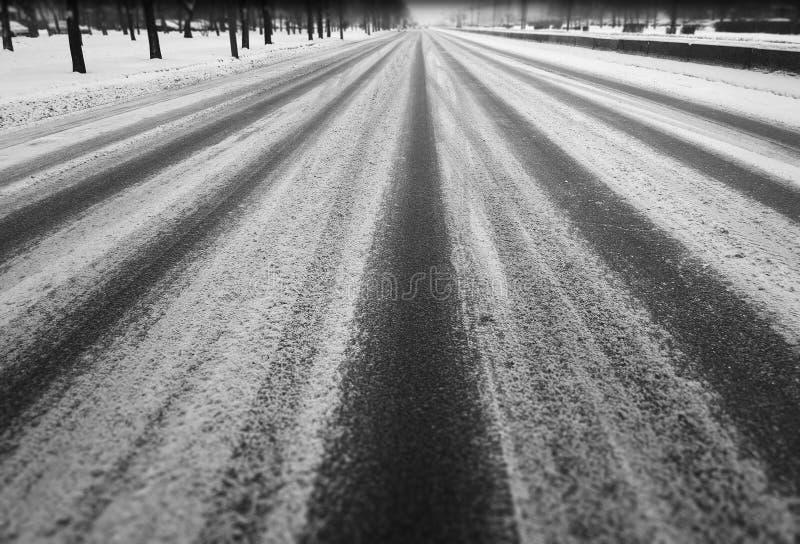 Fundo preto e branco diagonal da cidade da estrada do inverno imagem de stock