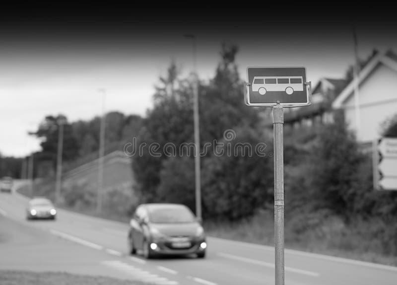 Fundo preto e branco do sinal da parada do ônibus fotografia de stock
