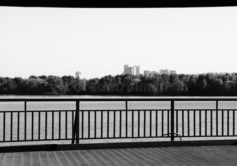 Fundo preto e branco dramático do cais da cidade de Moscou fotos de stock royalty free